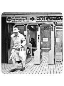 homem-sobretudo-estacao-metro-new-york-260
