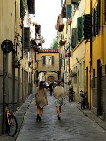mulheres-nas-ruas-de-florenca--italia-em-cores