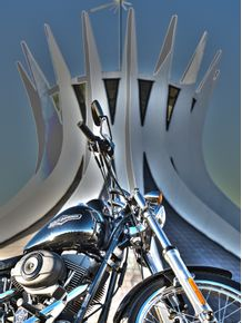 moto-harley-e-catedral-surreal