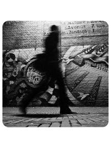 quadro-vulto-homem-em-parede-tijolos-arte-urbana