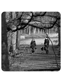 quadro-casal-passeio-no-parque-arvores-lago-pitoresco